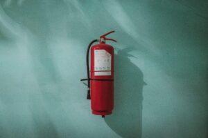 Feuerlöscher an einer Wand