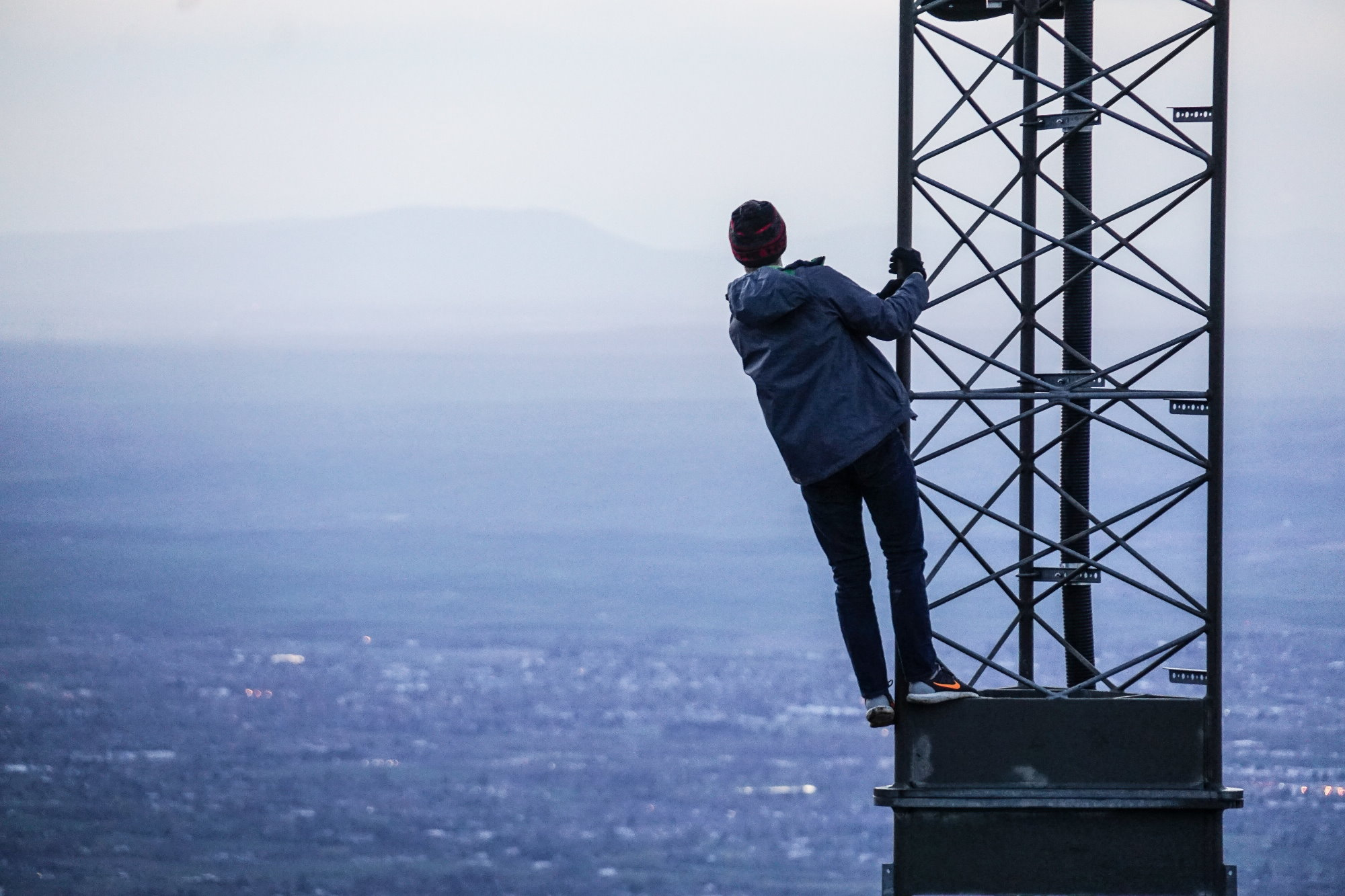 Mann auf Turm, der über eine Stadt schaut