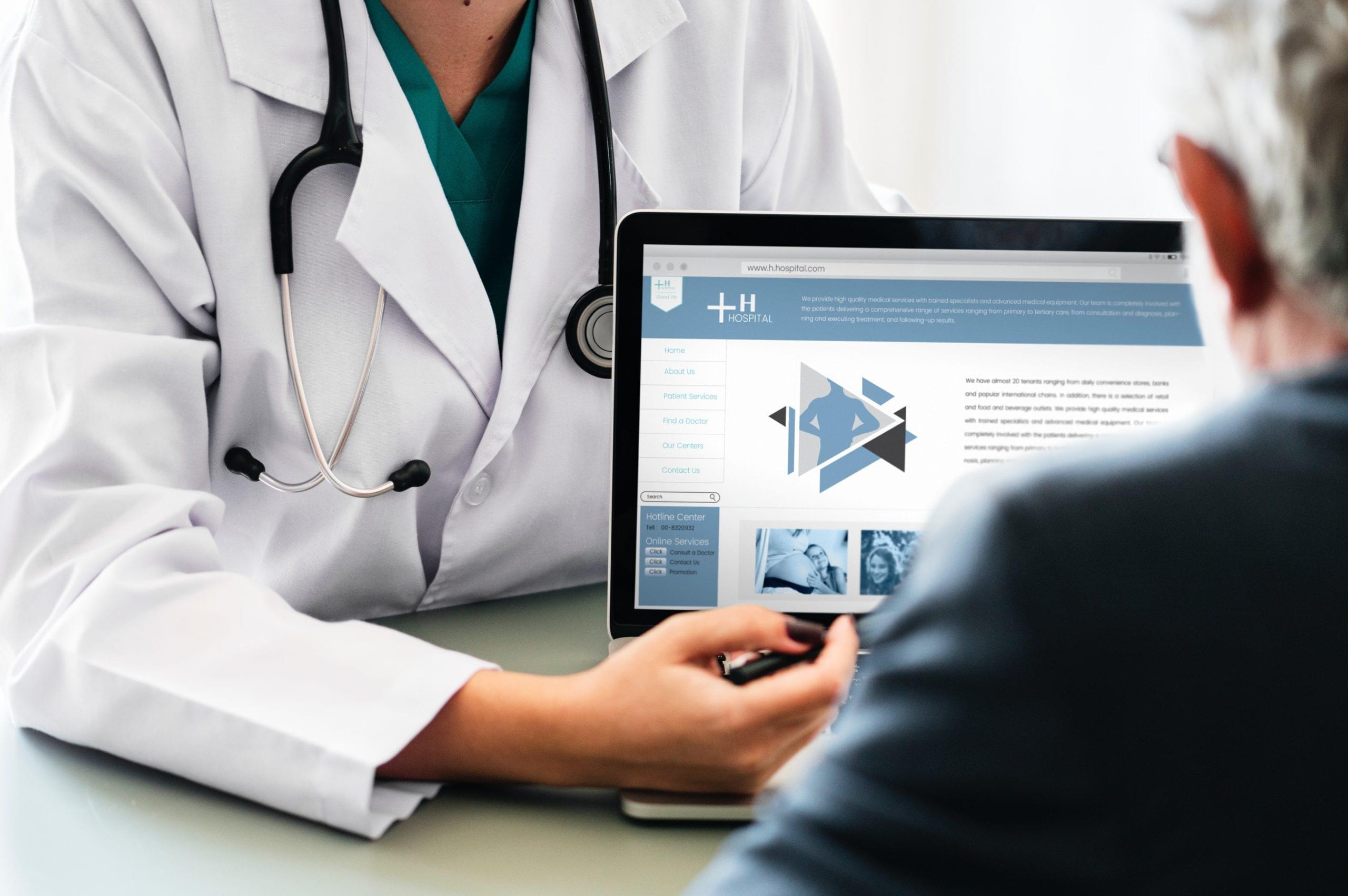 Beratungsgespräch Arzt und Patient am Laptop