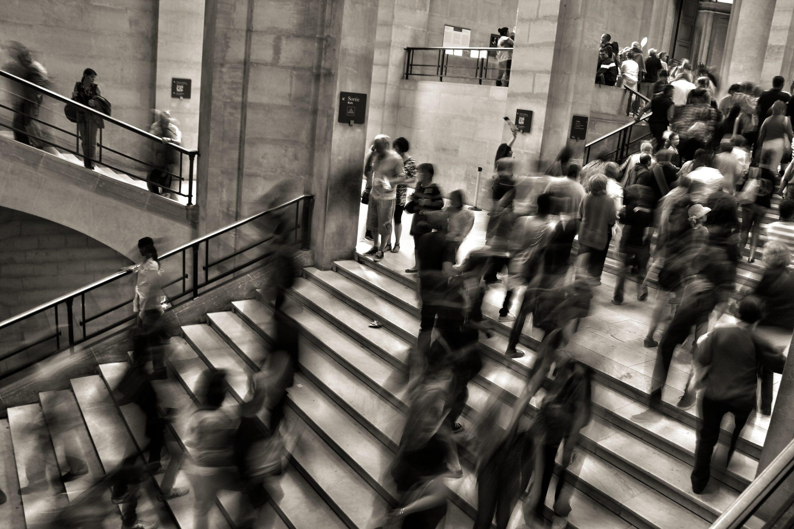 Menschen auf Treppen in Bewegung