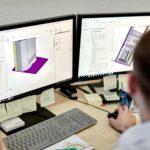 Mitarbeiter von eKiosk konstruiert Stele am PC