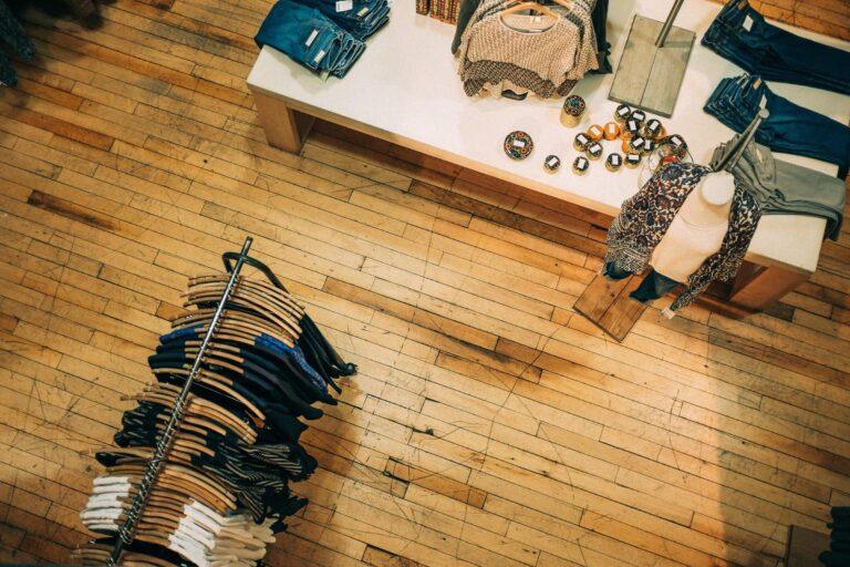 Kleiderladen von oben mit Holzboden