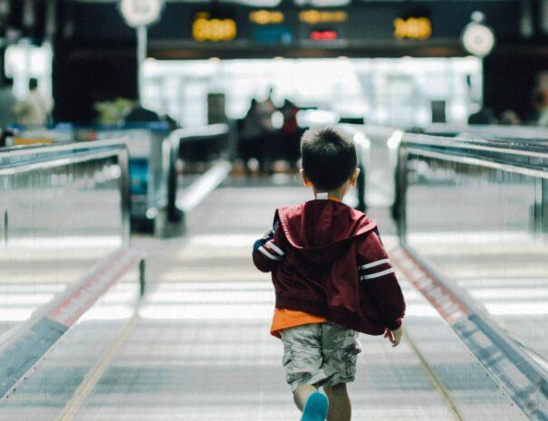 kleiner Junge am Flughafen