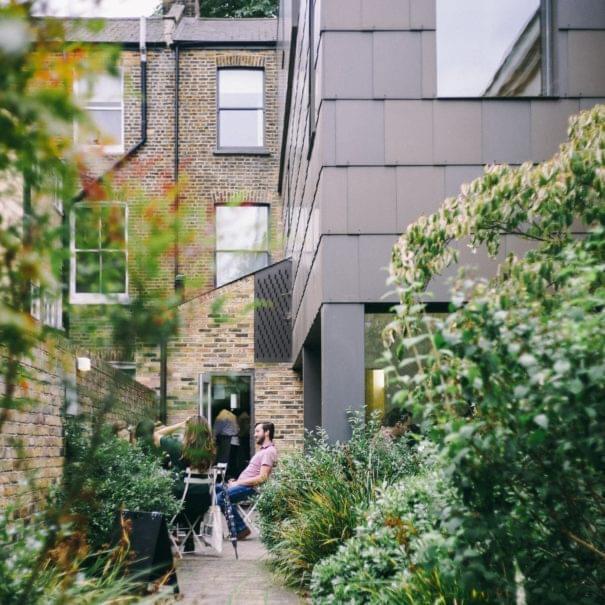 Personen im Garten beim Gespräch