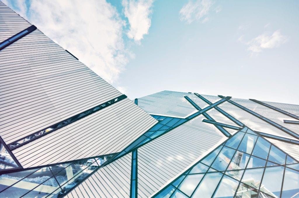 Glasgebäude mit interessanter Architektur