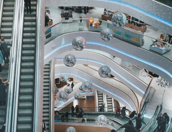 Einkaufszentrum aus der Vogelperspektive mit Rolltreppen