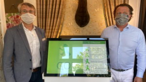 Co-developer Stephan Huber and shop owner Mathias Wehner present the new traffic light