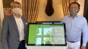 Mit-Entwickler Stephan Huber und Geschäft-Inhaber Mathias Wehner präsentieren die neue Ampel