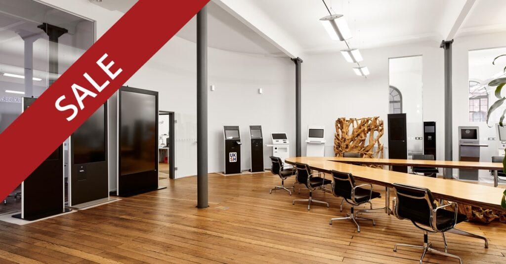 Digital Signage Geräte in einem großen Raum