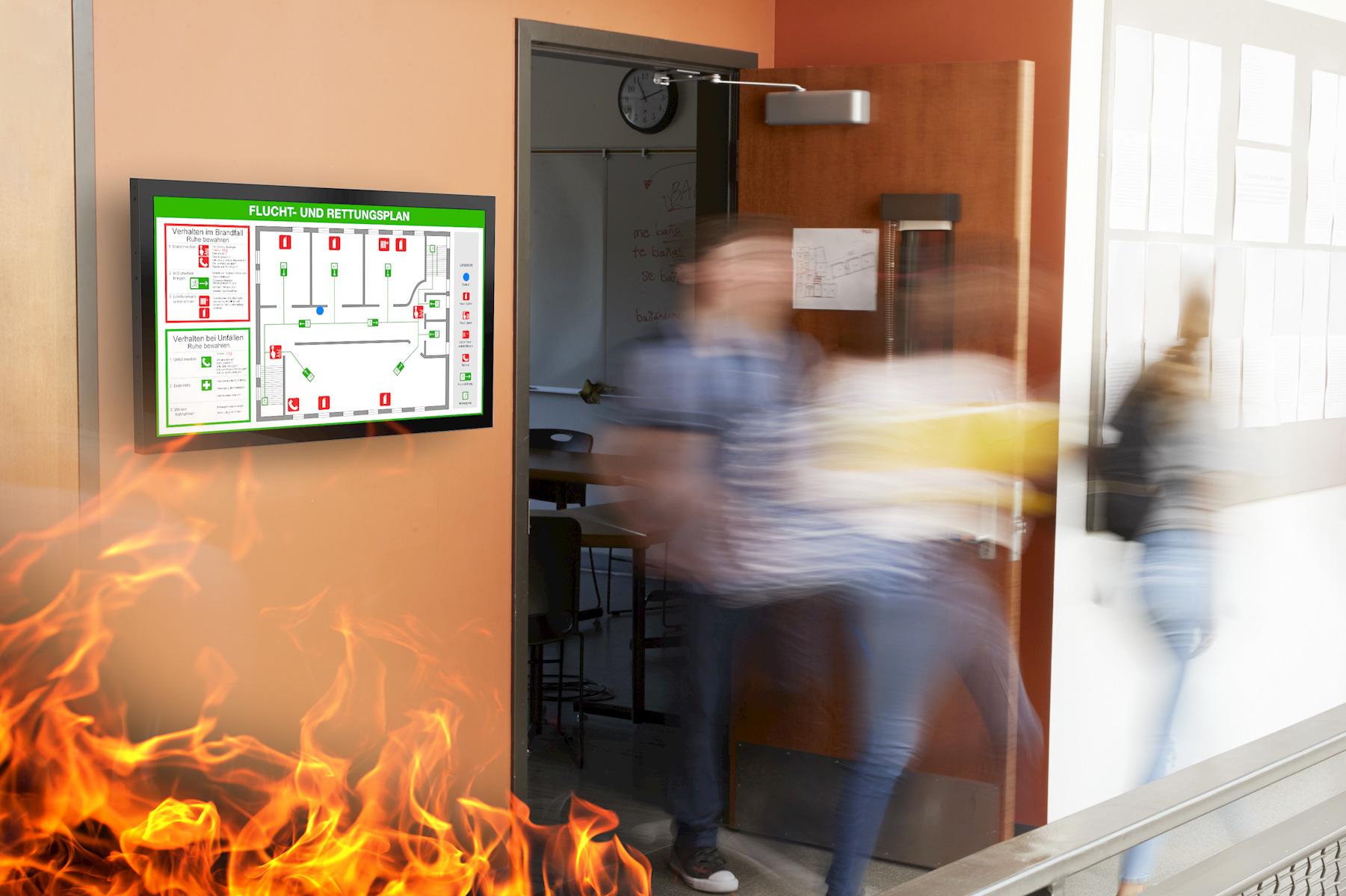 Brandschutzdisplay mit Fluchtplan in Schulgebäude