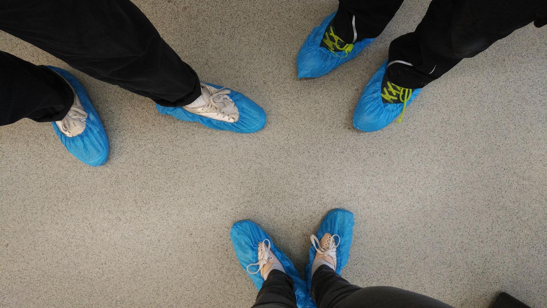 Füße mit Überschuh
