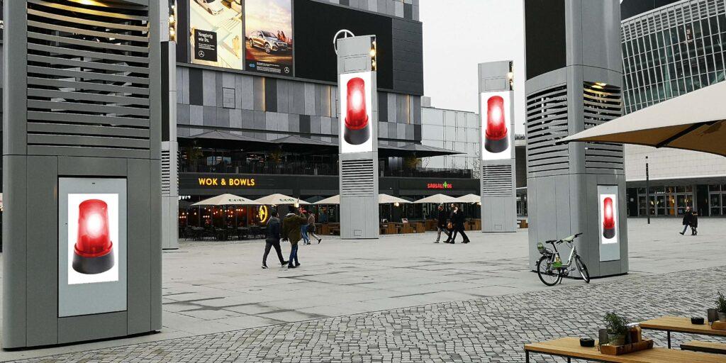 Digital Signage Stelen in Einkaufsstraße mit Alarm