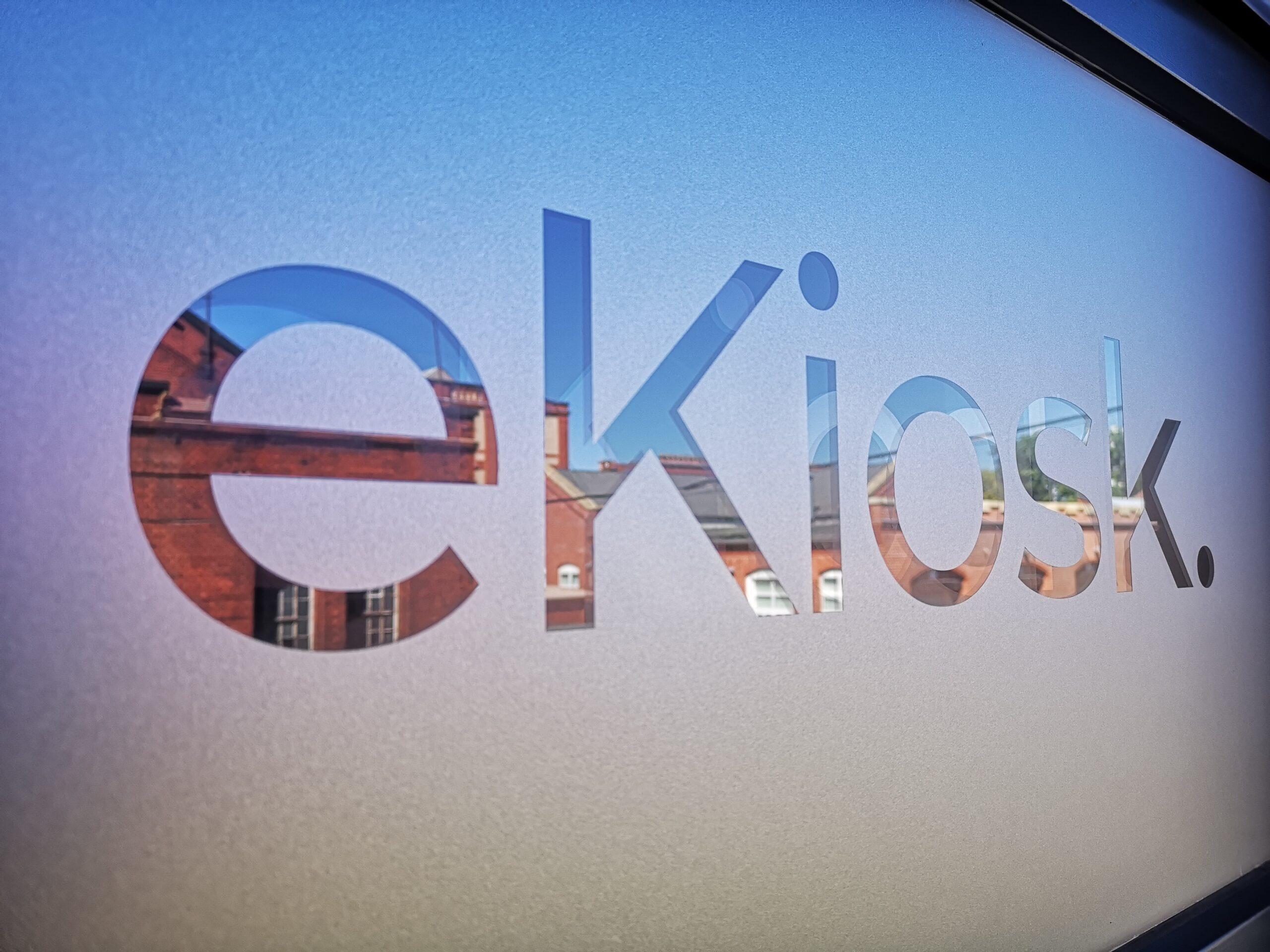 eKiosk Wortmarke auf Fensterscheibe